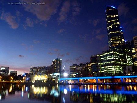 Melbournes Zentrum von der South Bank aus, links das Aquarium