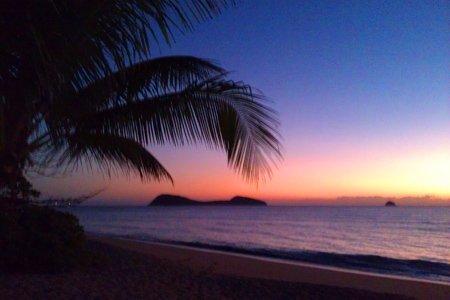 Sonnenaufgang am Strand von Clifton Beach, Cairns