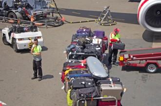 Am Flughafen - beim Einladen der Koffer