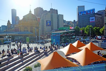 Federation Square in Melbourne von David Hannah / Tourism Victoria